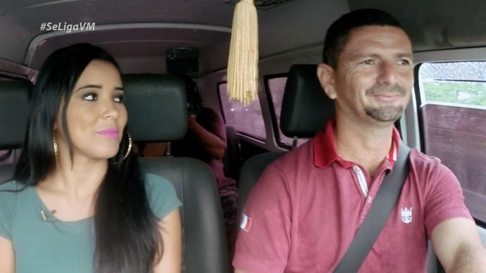 Niara Meireles conversa com o dono da surpresa  (Foto: Produção / Se Liga VM)