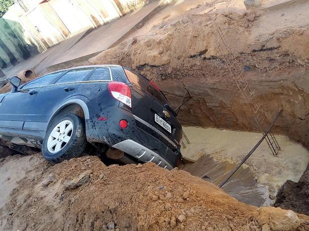 Sem sinalização, motorista não percebeu cratera em rua de São Luís (MA) (Foto: Danilo Quixaba/Mirante AM)
