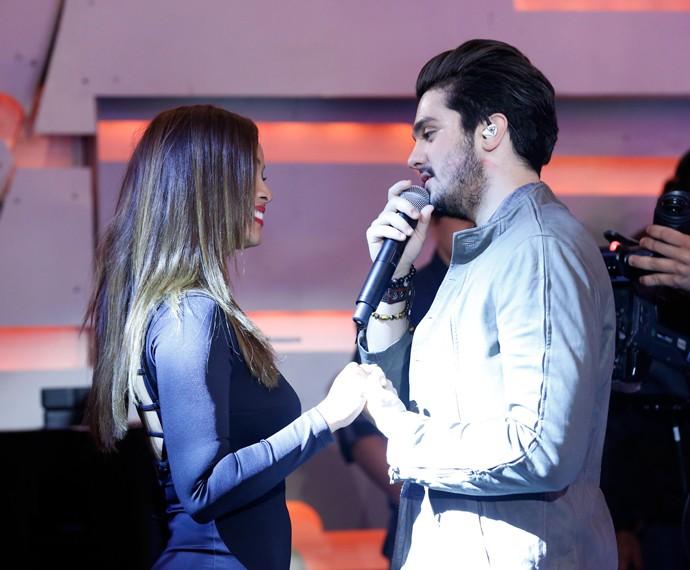 Luan Santana e Carol Nakamura trocam olhares durante música romântica (Foto: Ellen Soares/Gshow)