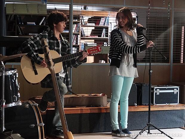 Guilherme e Clara mostram sua composição para Giovana (Foto: Malhação / TV Globo)