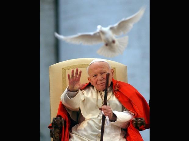 Foto de 10 de abril de 2003 mostra João Paulo II em missa na Praça São Pedro no Vaticano (Foto: Massimo Sambucetti/AP)