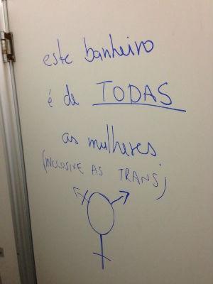 Como forma de protesto contra a aprovação da lei, porta de banheiro da Câmara foi pichada (Foto: Arquivo Pessoal/Junior Rocco)
