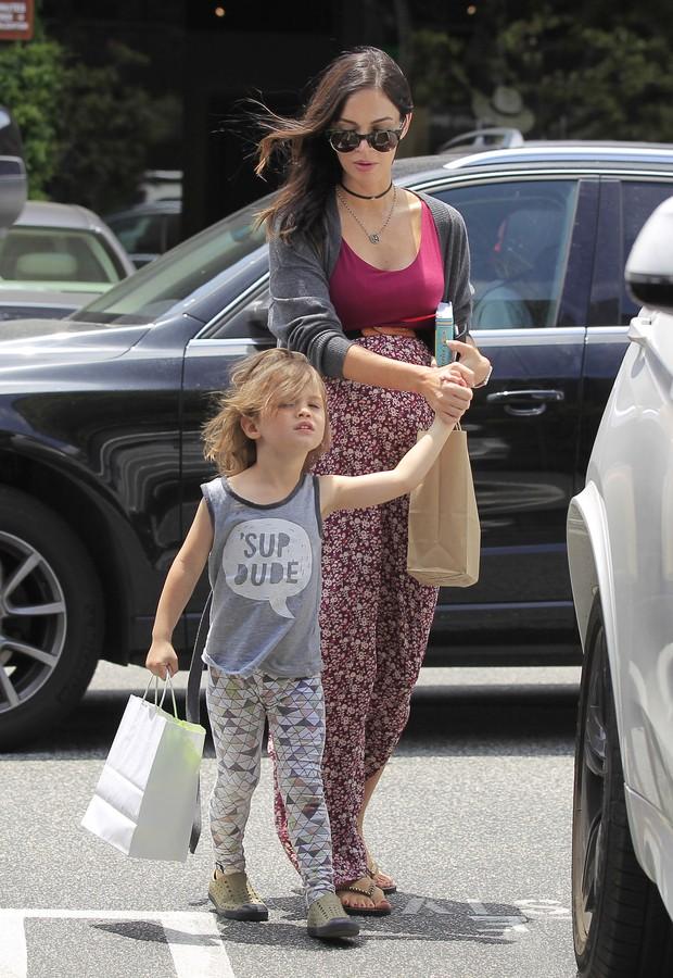 Megan Fox, grávida, com o filho mais velho, Noah, em Los Angeles, nos Estados Unidos (Foto: Grosby Group/ Agência)