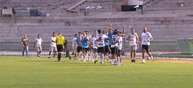 Jogadores do Botafogo-PB comemoram gol de Pio contra o Guarany de Sobral (Foto: TV Cabo Branco)