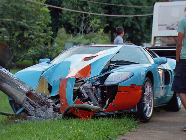 Ford Mustang GT, de 2006, bateu em poste na QI 11 do Lago Sul (Foto: TV Globo/Reprodução)