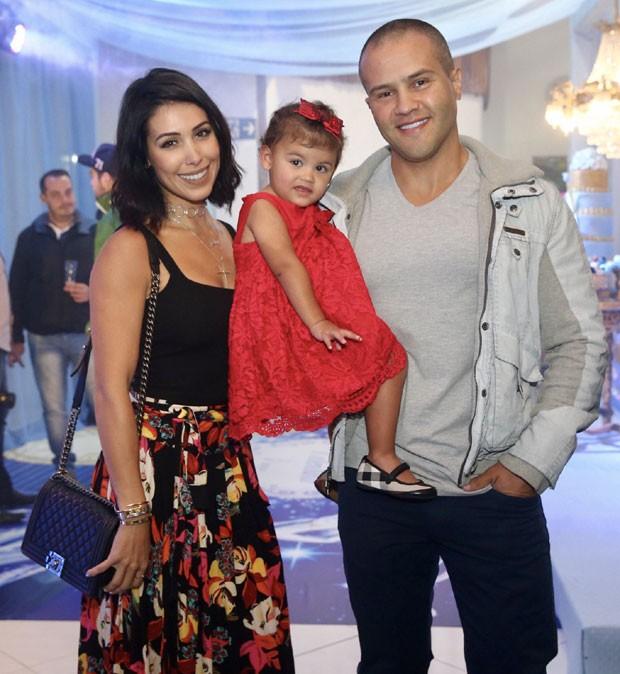 Bella Falconi com o marido, Ricardo, e a filhinha, Vicky (Foto: Brazil News / Mauela Scarpa)