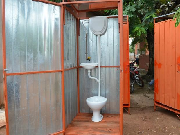 Escola alugou banheiros para iniciar aulas em Cacoal (Foto: Magda Oliveira/ G1)