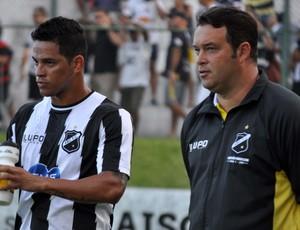 Giovanni Augusto, meia do ABC, e técnico Roberto Fernandes (Foto: Frankie Marcone/Divulgação/ABC)