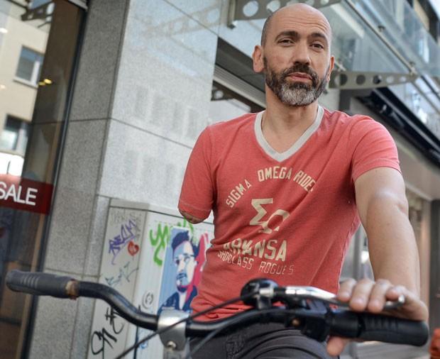 Bogdan Ionescu foi multado por não ter freio do lado direiro do guidão de sua bicicleta; ele tem apenas um braço (Foto: Henning Kaiser/DPA/AFP)