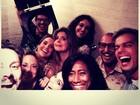 Flávia Alessandra divulga vídeo com elenco de programa no banheiro