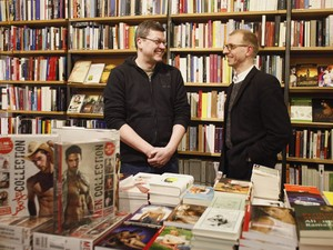 Juergen e Veit, donos da livraria gay Loewenherz, em Viena (Foto: Leonhard Foeger/Reuters)