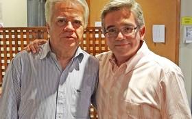 O ator Sandro Christopher recebe visita do pai nos bastidores da novela