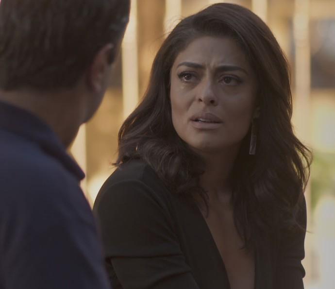 Carolina resolve deixar a revista TD+ e chora com Hugo (Foto: TV Globo)