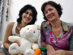 Samira e Antonia Páscoa escutam brincadeiras sobre o nome. (Foto: Ivair Vieira Jr/G1)