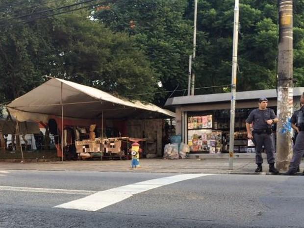 Policiais isolaram a área na Praça Benedito Calixto, em Pinheiros (Foto: Glauco Araújo/G1)