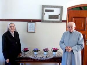 Mons. Juliani e Madre Irma Calgarôto ao lado de urna com ossos de Cecília (Foto: Leon Botão/G1)