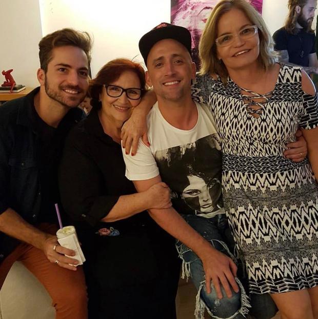 Paulo Gustavo com Thales Bretas, a mãe e a sogra (Foto: Reprodução / Instagram)