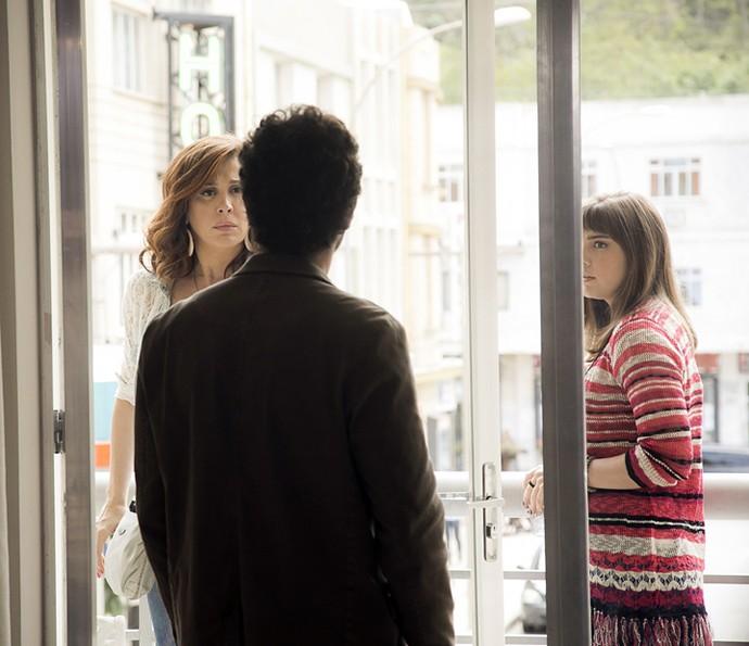 Elio pergunta a Salete o que ela tem para lhe contar (Foto: Raphael Dias/Gshow)