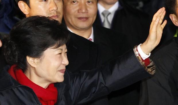Park Geun-hye saúda seus partidários ensta quarta-feira (19) em Seul (Foto: AFP)