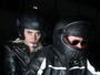 Lady Gaga pega carona na garupa da moto de Bradley Cooper na Califórnia