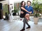 Carol Castro mostra aula de dança particular com o marido na sala de casa