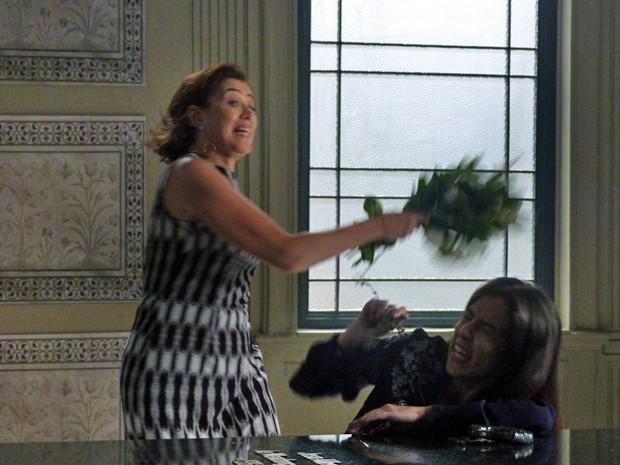 Marta agride Cora com flores (Foto: Gshow)