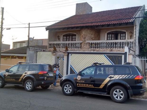 Policiais cumprem mandado na casa de vereador em Londrina  (Foto: Dionísio Mathias/RPC)