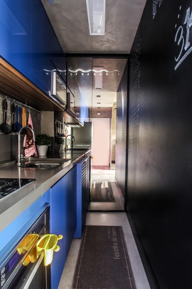 Cozinha | O ambiente ganhou piso em Porcelanato, modelo Detrit White, da Cerâmica Elizabeth. Para deixar o espaço mais divertido, uma das paredes foi revestida em Formica Lousa para criar um painel de interatividade (Foto: André Laiza/Divulgação)