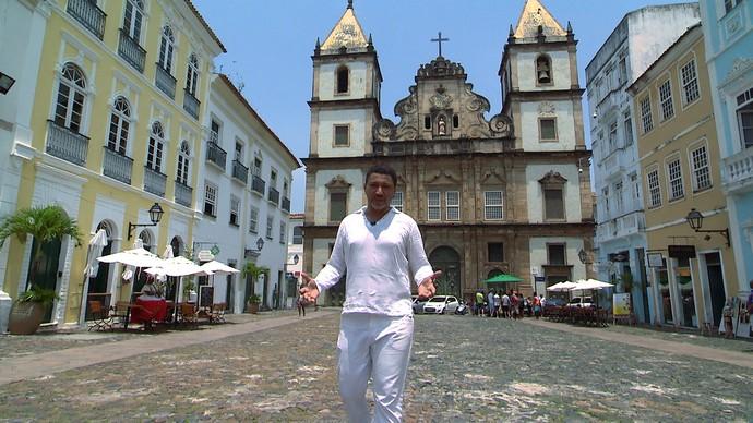 Historiador Carlos Barros mostra algumas heranças portuguesas em Salvador (Foto: TV Bahia)