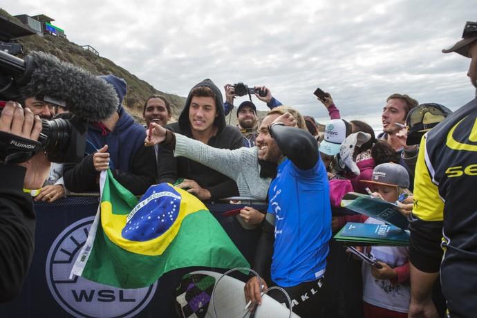 Caio Ibelli comemora com torcida brasileira em Bells Beach (Foto: WSL / Ed Sloane)