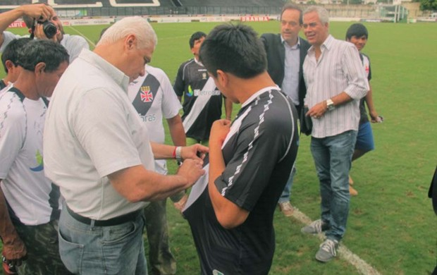 Roberto Dinamite índios xingu Vasco (Foto: André Casado / Globoesporte.com)