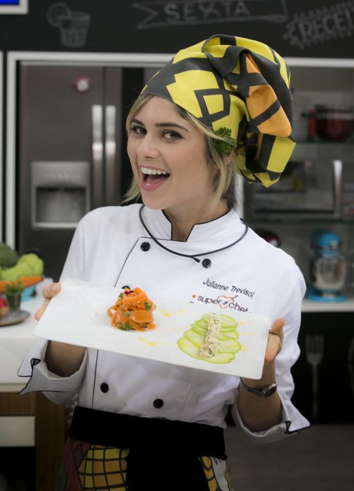 Julianne Trevisol mostra seu prato no 'Supe Chef Celebridades 2016' (Foto: Raphael Dias / Gshow)