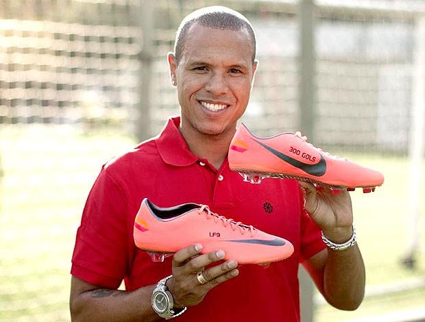 Luis Fabiano do São Paulo com chuteira personalizada 300 gols (Foto: Divulgação)