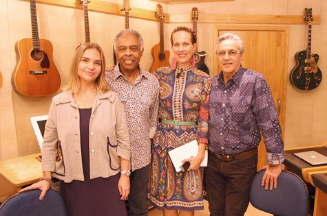 Leila Sterenberg, Jenny Barchfield, Gilberto Gil e Caetano Veloso (Foto: Divulgação)