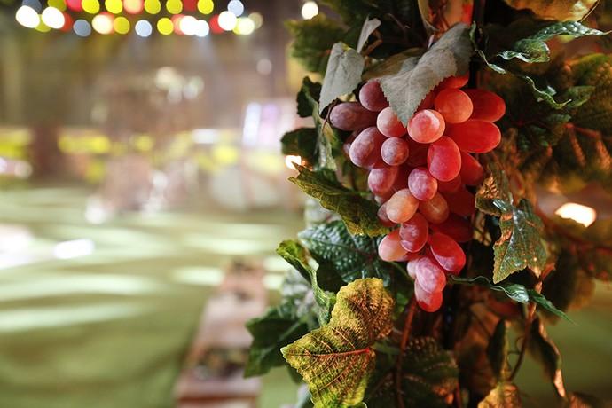 Detalhes de  uvas na decoração (Foto: Raphael Dias/Gshow)