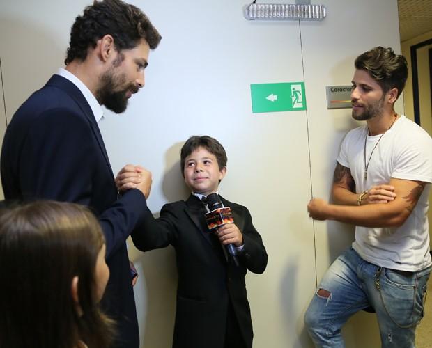 Tomás Sampaio entrevista Cauã Reymond e Bruno Gagliasso (Foto: Carol Caminha/ Gshow)