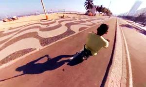 Dê uma voltinha de bicicleta pelo calçadão de Copacabana