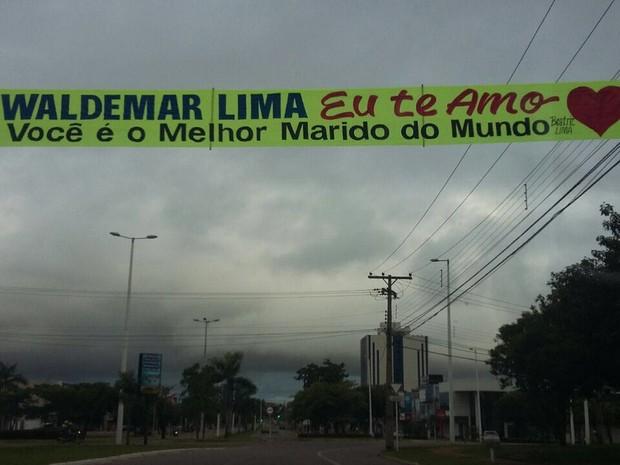 Faixas foi colocada na avenida JK, uma das principais de Palmas (Foto: Divulgação)