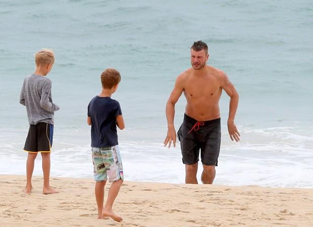 Rodrigo Hilbert com os filhos gêmeos (Foto: Andre Freitas/Agnews)