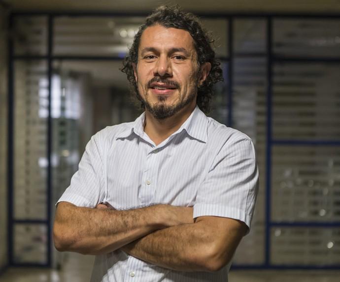 Rômulo é recebido pelos jornalistas em coletiva nos Estúdios Globo (Foto: Artur Meninea/Gshow)