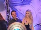 Ex-BBB Max Porto vai com a namorada a pré-estreia de filme