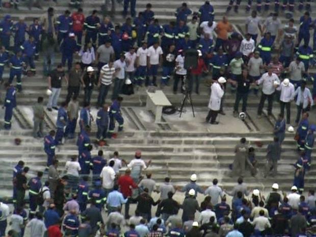 Operários participam de celebração antes da retomada dos trabalhos (Foto: Reprodução/TV Globo)