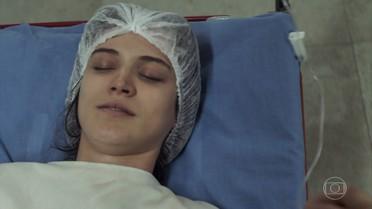 Clara fica entre a vida e a morte