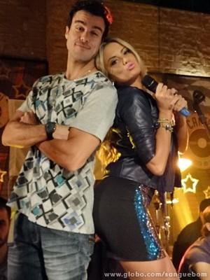Brunetty canta em inglês e dança com Lucindo (Foto: Sangue Bom/TV Globo)