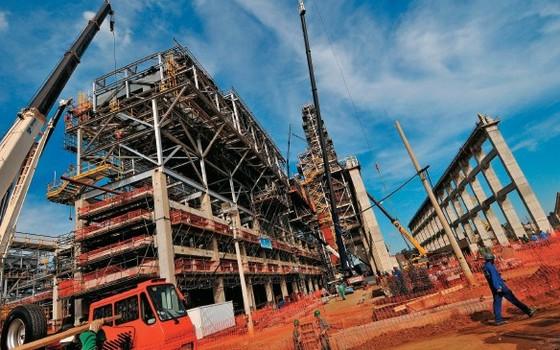 CONSTRUÇÃO Obras de expansão de uma refinaria da Petrobras. A empresa busca profissionais que conheçam novas técnicas e materiais  (Foto: Lucas Lacaz Ruiz/Folhapress)