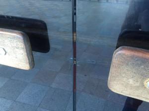 Porta da biblioteca está fechada com cadeado (Foto: Juliana Almirante/G1)