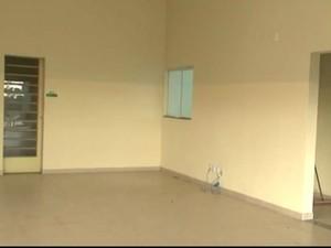 Local onde funcionaria a unidade de saúde continua vazio em Sorocaba (Foto: Reprodução/TV TEM)