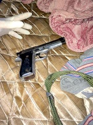 Polícia apreendeu arma que teria sido usada no crime  (Foto: Divulgação/PM)