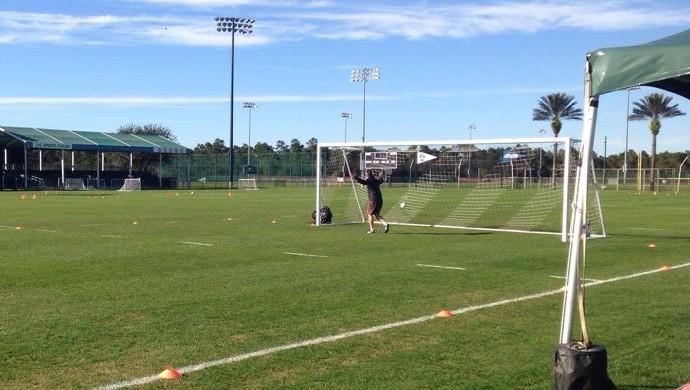 Técnico Argel bate bola com auxiliar em treino na Florida, gol, chute (Foto: Glauco Pasa / RBSTV)