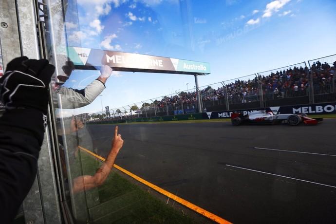 Equipe Haas comemora sexto lugar de Romain Grosjean no GP da Austrália (Foto: Divulgação)